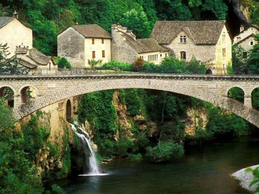 Мост в средневековой деревушке Сен-Шели-дю-Тарн, Франция