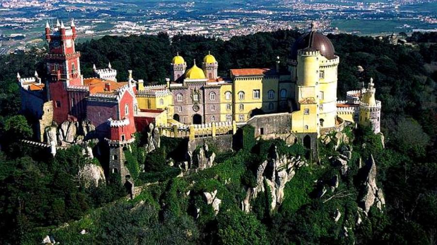 1176245_10202294380255318_1363139562_n.jpgДворец Пена - дворец в Португалии, находится на высокой скале над Синтрой