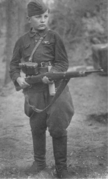 13-летний разведчик-партизан Федя Мощев. Октябрь 1942 г.