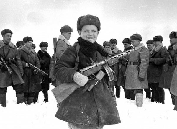 15-летний разведчик Вова Егоров с бойцами своего подразделения. Апрель 1942 г. Действующая армия