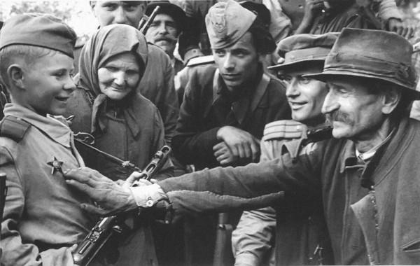 Командир стрелкового батальона В. Романенко рассказывает жителям  Белграда о боевых делах юного разведчика – Вити Жайворонка. Старчево, Югославия, октябрь 1944