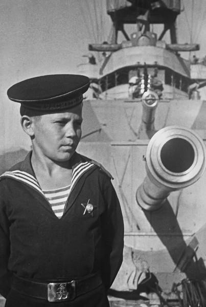 Юнга крейсера «Красный Кавказ», награжденный орденом Красной Звезды. Севастополь. 1944 г.