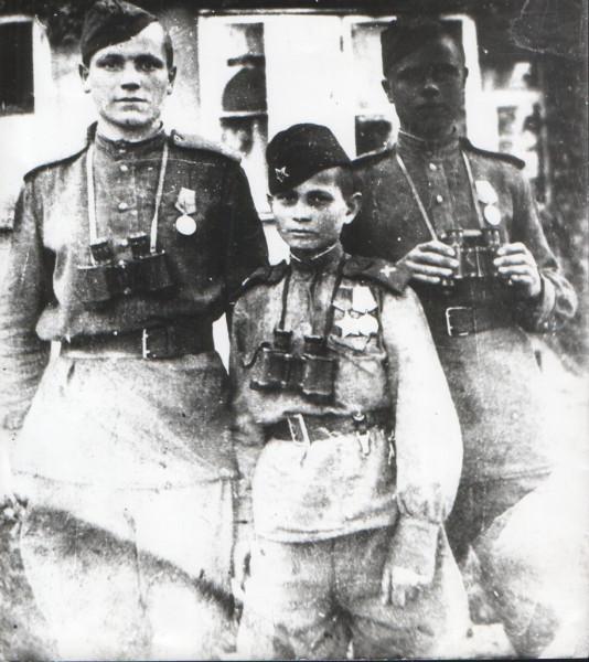 Сын полка Володя Тарновский с боевыми товарищами в Берлине. Май 1945
