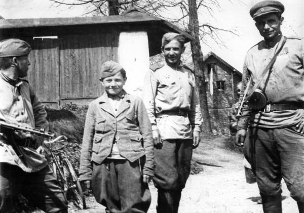 Советские солдаты с подростком (возможно, «сыном полка») в освобожденном чешском поселке Цоткитле. 1945 г.