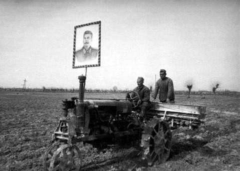 Сталин. Портрет на тракторе Сталина