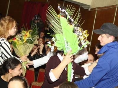 Команда КВН «Жизнь» дарит цветы мамам