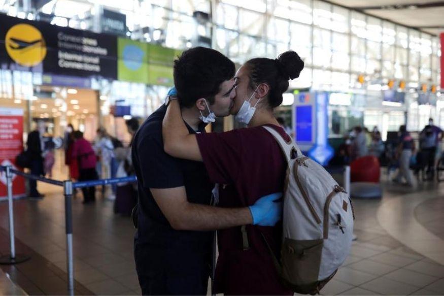 Поцелуй расстающихся влюблённых на вокзале в Чили.