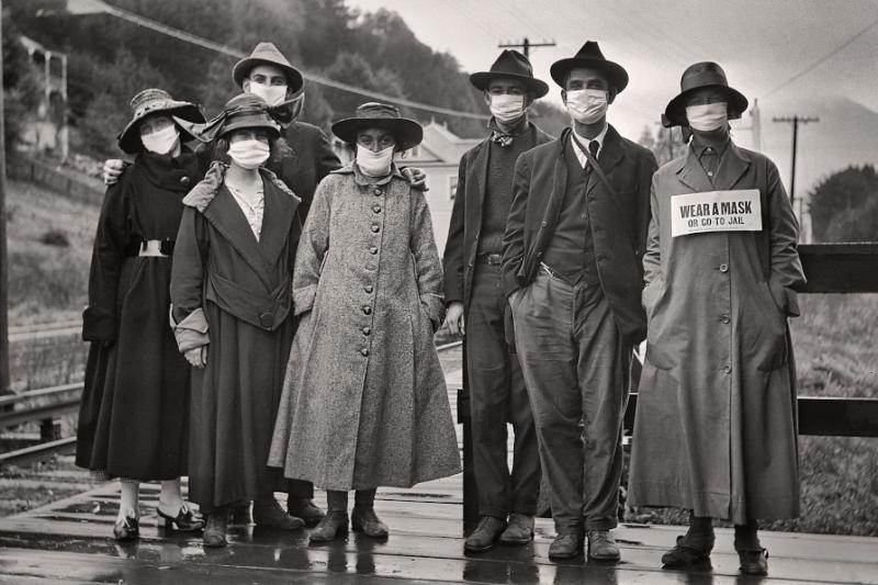 В 1918 и 1919 годах, когда в США под предлогом борьбы с испанкой были закрыты бары, салоны, рестораны, театры и школы, маски стали символом бессмысленных репрессий правительства, вдохновившими людей на протесты, петиции и демонстративные собрания с неприкрытым лицом. (nytimes.com)