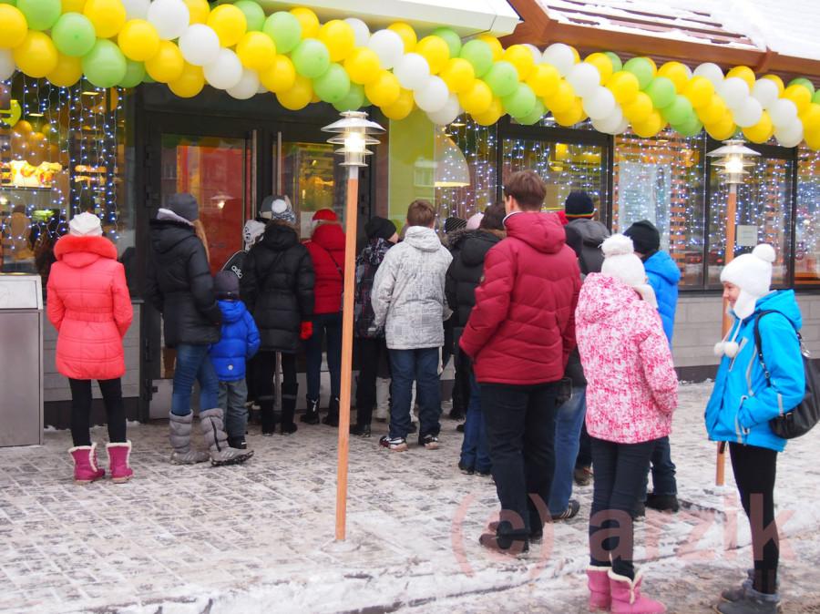 Люди ждут открытия Макдоналдса в Ижевске