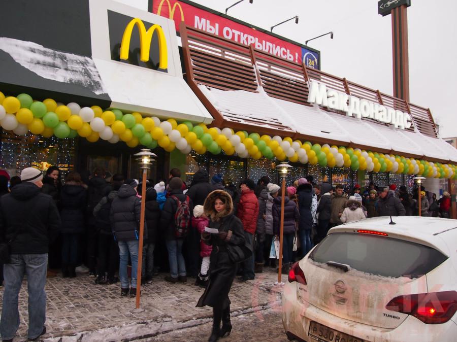 Люди ждут открытия Макдоналдс в Ижевске