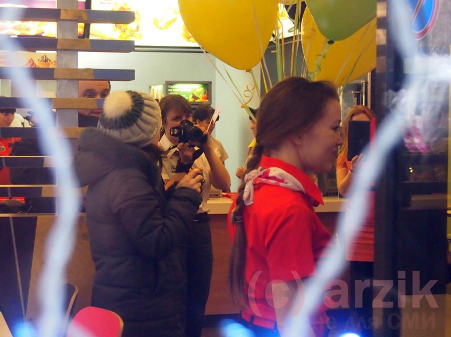 Сотрудник Макдоналдс готовится снимать открытие ресторана в Ижевске