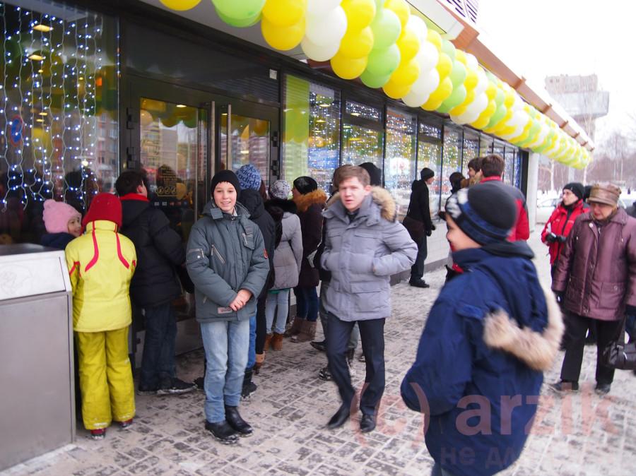 Люди продолжают стоять в очередь - Макдоналдс в Ижевске