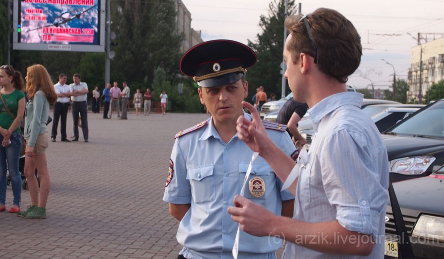 Полицейский и митингующий в Ижевске