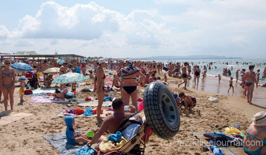 Центральный пляж в Витязево. очень много отдыхающих