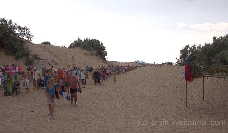 Толпа народу уходит с пляжа в Витязево