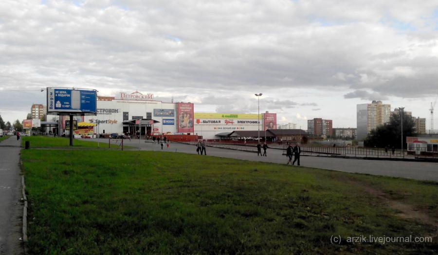 Пустая парковка перед ТРК Петровский