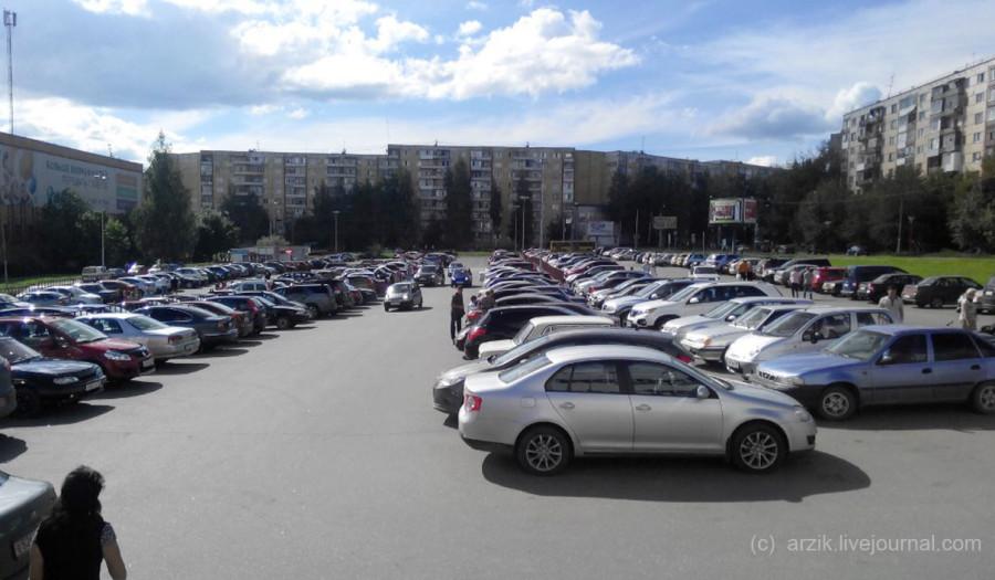 Парковка у ТРК Петровский в будний день
