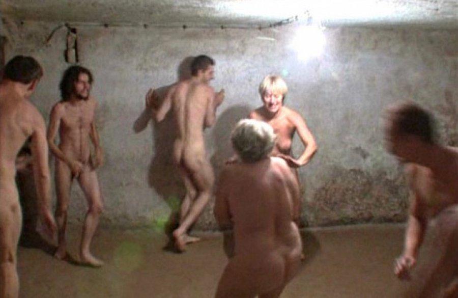 Голенькие узники в газовой камере в салки играют - пипец смешно.