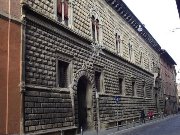 Bologna,_Palazzo_Sanuti-Bevilacqua