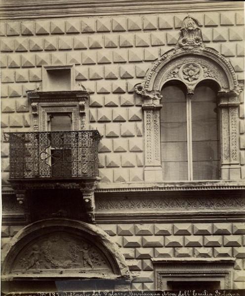 Fotografia_dell'Emilia_-_n._185_-_Bologna_-_Dettaglio_del_palazzo_Bevilacqua
