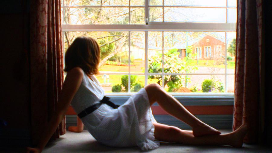 я стою голая у окна фото