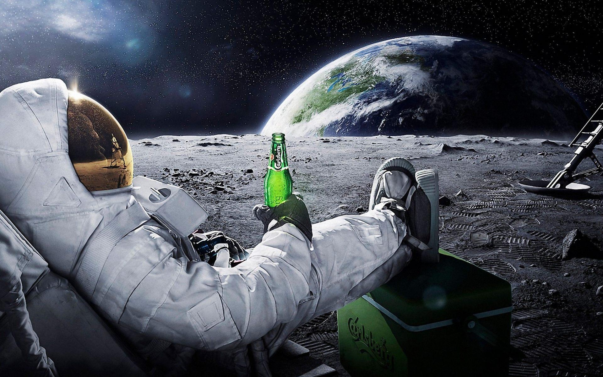 kosmonavt_na_lune_s_butylkoy_piva_1920x1200.jpg