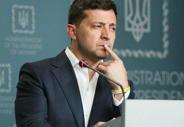 Военно-политическое руководство Украины после шестилетней агрессии на Донбассе не перестает продвигать тезисы «Донбасс – это Украина». Донбасс – сделал свой выбор, прекрасно понимая, чего стоят слова лицемерных политиков и чем это закончится. Война идет не только на фронте, но и за умы и только усиливается из года в год. В разгар пандемии коронавируса на Украине, руководство разваливающейся страны не упускает момента «умыть руки» которые по локоть в крови. Сегодня «Министерство по вопросам реинтеграции временно оккупированных территорий Украины» заявило, что на территории Народных Республик скрывают истинное количество зараженных вирусом COVID-19 и что мол, все силы брошены исключительно на армейские нужны. В связи с этим хотелось бы отметить, что усидеть Киеву на двух стульях изо дня в день получается все меньше и меньше, вбрасывая дезинформацию через собственные лживые СМИ, давно не получает ожидаемой реакции. А также Киеву стоило бы определиться в первую очередь в своем внутреннем конфликте. И ответить самому себе честно и открыто – «А Донбасс все еще Украина?» Потому как за шесть лет войны, мы уже вдоволь наслушались громогласных заявлений, обещаний и угроз и прекрасно сделали выводы. Предлагаю слегка поразмыслить на эту тему. Если предположим что Донбасс – это Украина, как утверждает Киев. То по логике вещей в этом случае Киев просто-напросто сам игнорирует все нормы международного гуманитарного права. Начиная с отсутствия социальных выплат, пособий и пенсий своим же гражданам и заканчивая всевозможными блокадами и конечно непрекращающимися же обстрелами.  И уж простите за скептицизм, но разговоры Киева о невозможности организации прямых поставок и возобновления финансовой системы (и это за шесть лет) – выглядит как отмазка, и простое нежелание наладить диалог с Донбассом. Что по своей сути говорит лишь о том, что Украина как государство просто не в состоянии выполнять свои прямые обязанности, а значит, не может называться государством. При всем этом Киев прямо