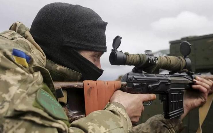 Украинские каратели продолжают терроризировать  мирных жителей Донбасса. Боевик-снайпер открыл прицельный огонь по окнам школы населённого пункта АЛЕКСАНДРОВКА. По поступившей информации, огонь вёлся боевиком из состава 3-го полка спецназначения ВФУ. Не исключено что, снайпер бравировал навыками перед начальниками, так как несколько дней назад в зону так называемой ООС прибыла группа снайперов, прошедших обучение в центре подготовки ССО в г. Кропивницкий Кировоградской области. Благо, что школьники на дистанционном обучении и жертв  удалось избежать. Это не первый случай обстрела данной школы, что ещё раз подтверждает подлую и бесчеловечную сущность украинских боевиков на Донбассе.