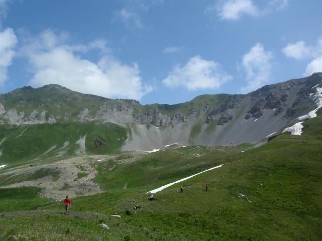 Отдых на гребешке одного из отрожков Загеданского хребта. Позади массив г.Загедан, вершина не видна.