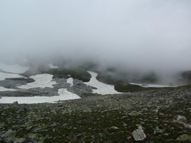 Ненадолго облачность поднялась и открыла обзор на спуск в озерную котловину.