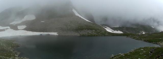 Малое (верхнее) озеро из группы озер к востоку от г.Загедан. Здесь наша третья ночевка. И,  как оказалось, четвертая тоже...