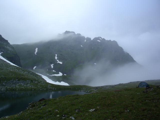 Хмурое утро под Загеданом. Наконец-то, можно рассмотреть вершину Загедана.