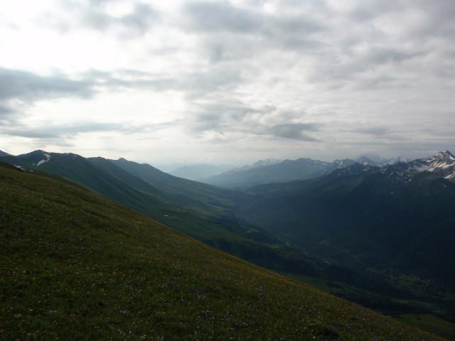 Долина Пхии. В дымке трудноразличимы Пшиш и Кара-Кая.