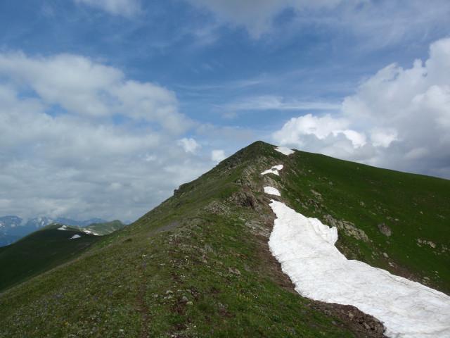 Тропка вьется по южному склону Загеданского хребта.