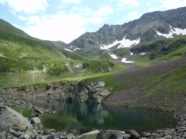 Малое озеро Чилик и вид на район пер.Кынхара (сам перевал не виден)