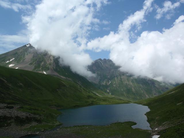 Подъём на Кынхару. Внизу остаётся озеро Чилик. А облака всё больше сгущаются...