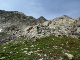 Начало спуска с пер.Семнадцати Южного. Вниз от тура по скальным ступеням.