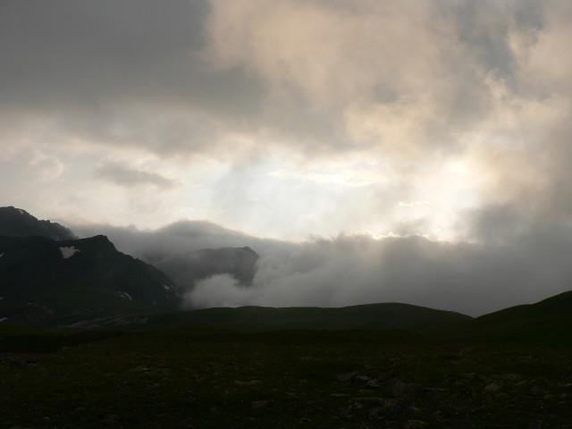 Из долины Кяфара опять наползает туман.