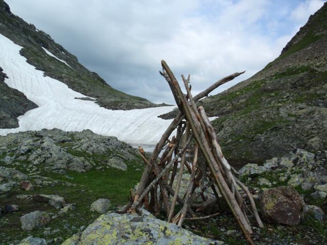 """""""Вигвам"""" под пер.Мылгвал. Не иначе как туристы старой закалки по привычке принесли с собой дрова."""