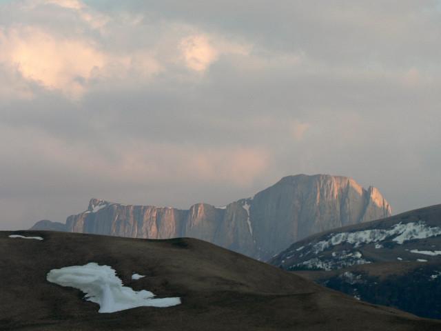 Стена Восточного Ачешбока выглядывает из-за склонов пупыря 1861,9 м и Асбестной.