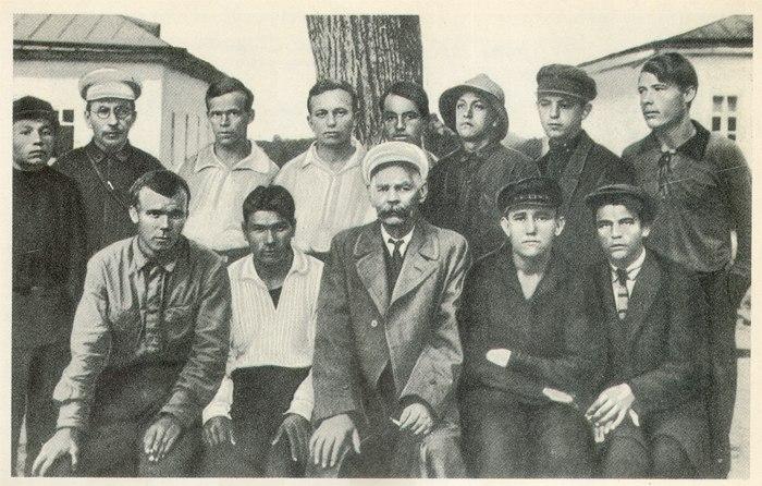 А.С.Макаренко и А.М.Горький с группой воспитанников (Куряж, 1928 г.)