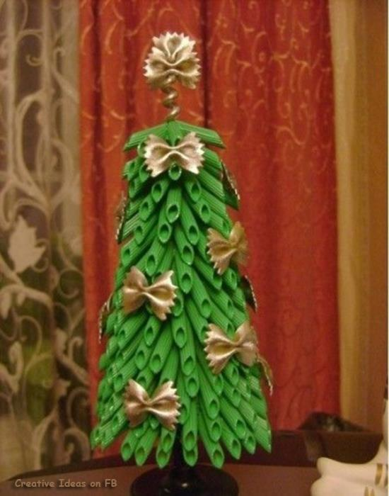 Christmas-tree-arrangement-from-pasta