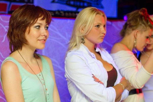 Девушку раздевают в клубе фото
