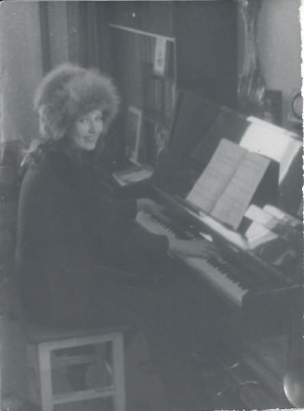 лора и пианино - копия