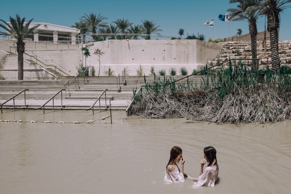 Прорубь на реке Иордан.