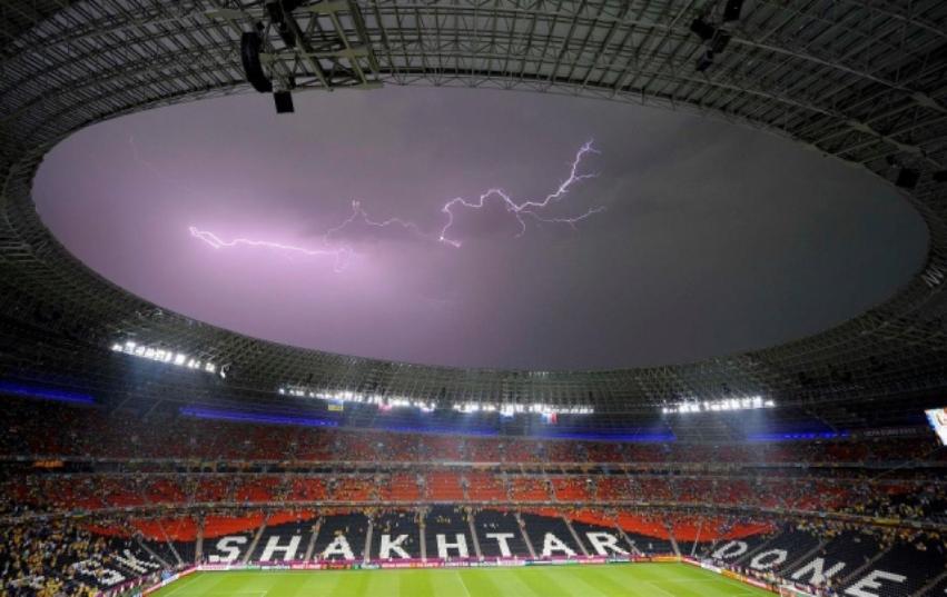 88350553_large_futbol_Groza_v_matche_Ukraina_Franciya