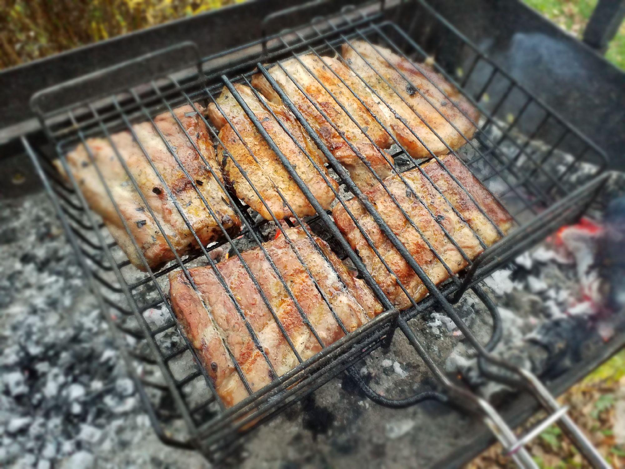 """Приезжая на дачу, я становлюсь главной по... приготовлению на открытом огне. Мясо, рыба, овощи...Собственно, ничего не имею против. Мне нравится.  Наколоть дрова, развести огонь... А как же угли, спросите вы. Ну те, которые в магазине продаются.Ответ прост - я каждый раз забываю их купить. )))P.S. Название поста навеяно фильмом """"Блондинка за углом"""""""