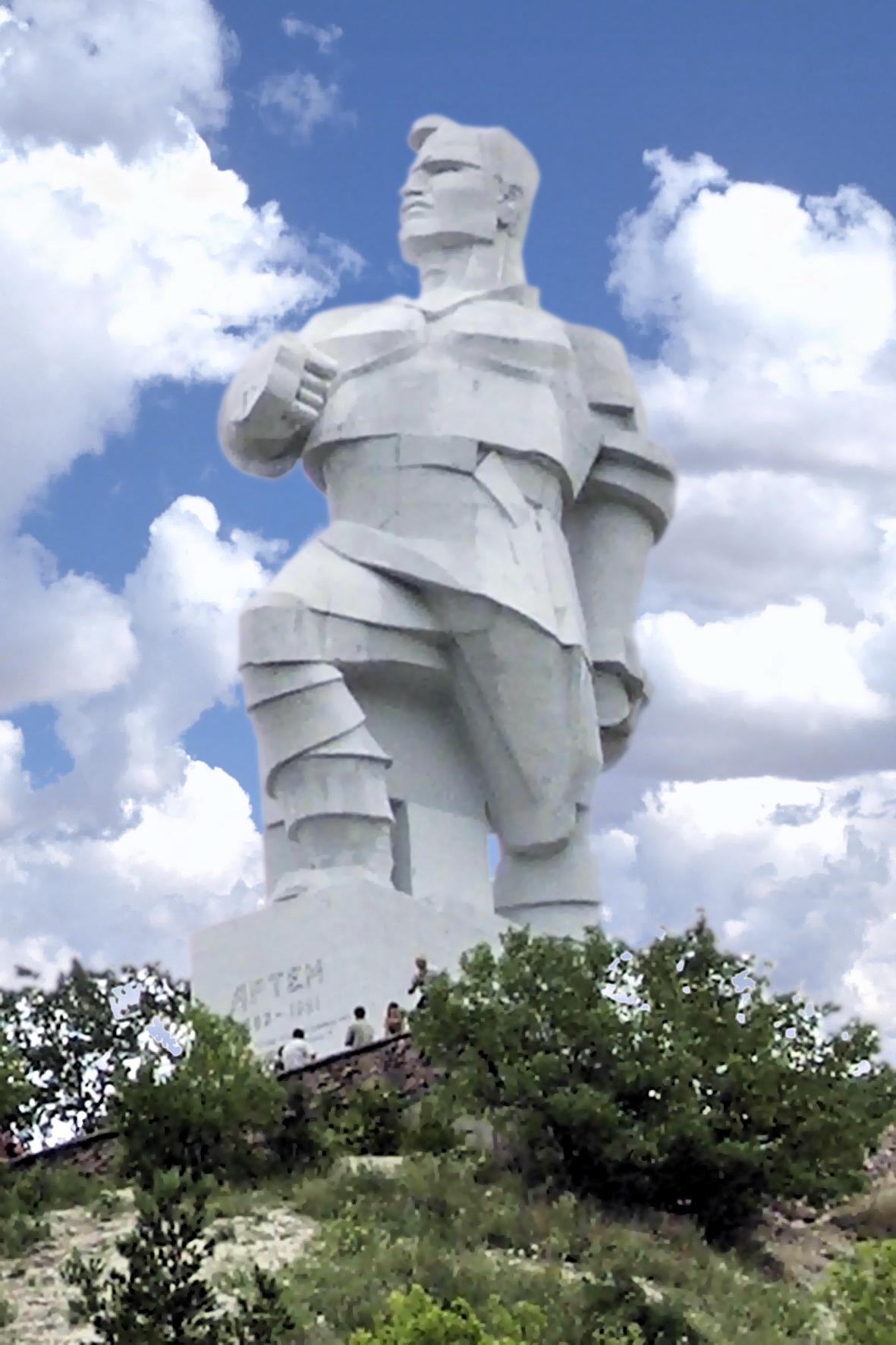 Памятник_Артему