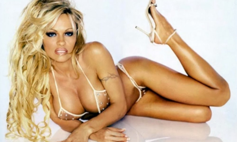 pamela-anderson-closing-book-on-playboy-2015-gossip-1000x600
