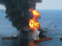 im236-320px-Deepwater_Horizon_offshore_drilling_unit_on_fire_2010